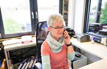 Bild einer Mitarbeiterin am Telefon