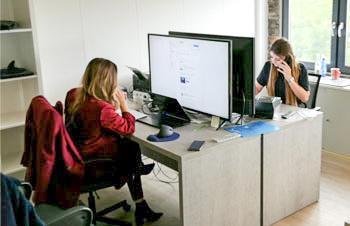 Bild eines Büros mit 2 Mitarbeiterinnen